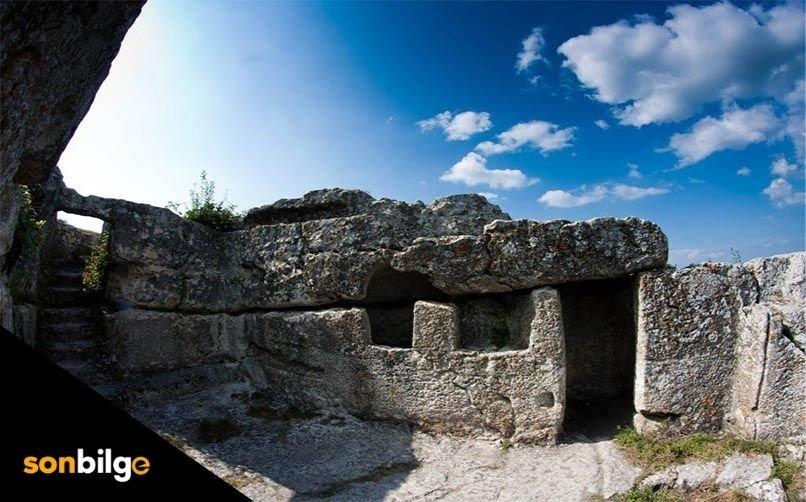 Çamaş Hisarbey Köyü Kaya Mezarı